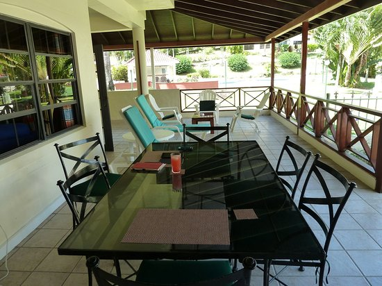 Mount Irvine, Tobago: Outdoor dining table