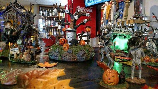 Damariscotta, Μέιν: Halloween decorations by the bar