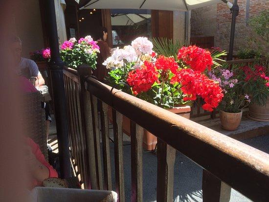 Hautefort, Francia: fleurs de la terrasse