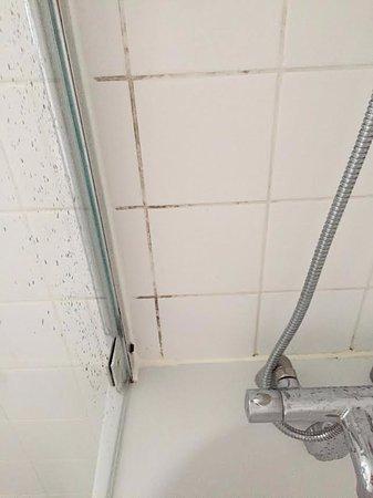 Hunton Bridge, UK: Mould in bathroom