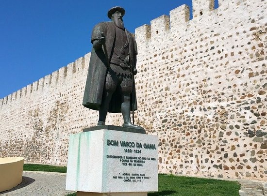 the statue and the Castelo