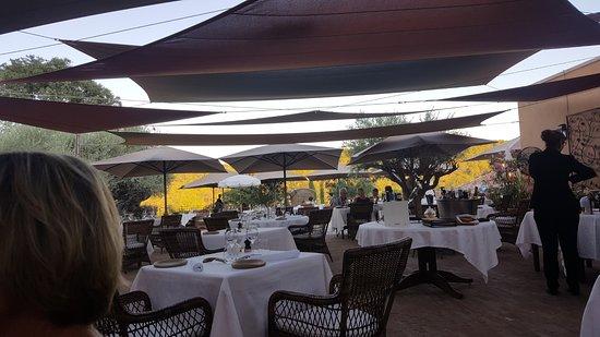 si diner au bord des jardins est agréable ce grand carré de tables ...