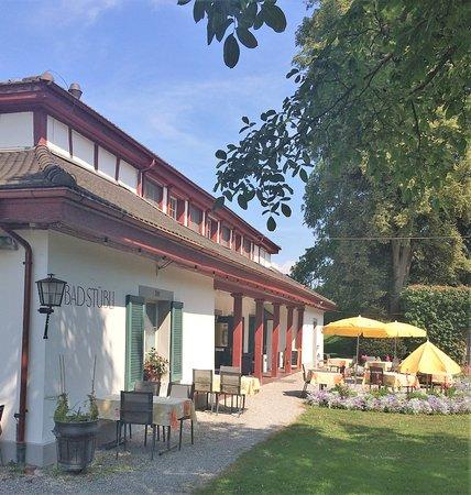 Schinznach Bad, Suiza: Gartenrestaurant rechts