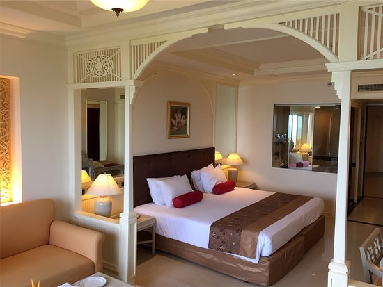 Royal Cliff Beach Hotel: Room and lobby