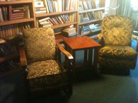 Coupeville, WA: TV lounge with old dirty-looking chairs