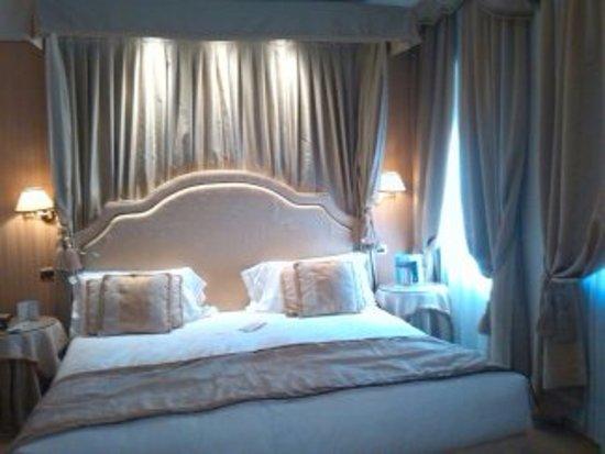 Hotel a La Commedia: Cama de matrimonio o de los reyes.
