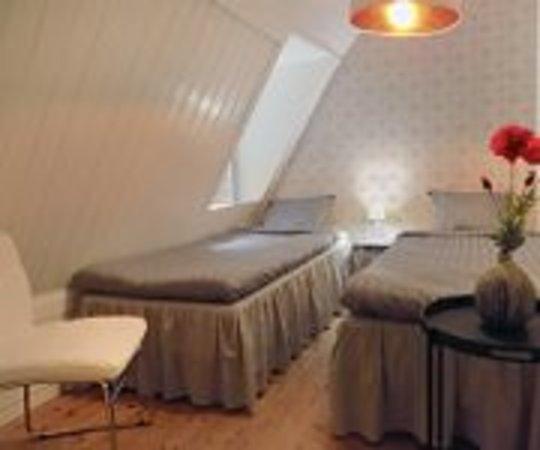 Loderup, İsveç: Barcelona: Ett ljust rum som ligger på övervåningen i anslutning till TV, soffa och köksdel. Här