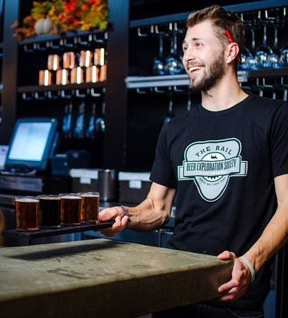 Strongsville, Οχάιο: Our full bar features a rotating selection of Ohio craft beers and booze