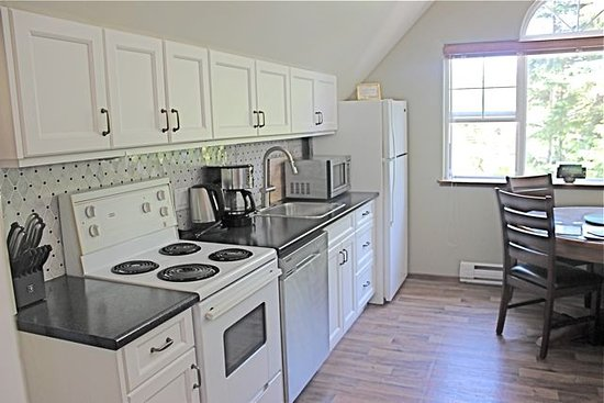 Cobble Wood & Bird Sanctuary Guest Houses: Golden Dawn New Kitchen