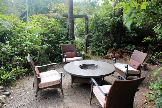 Cobble Wood Guesthouse and Bird Sanctuary House & Suites: Fire Pit
