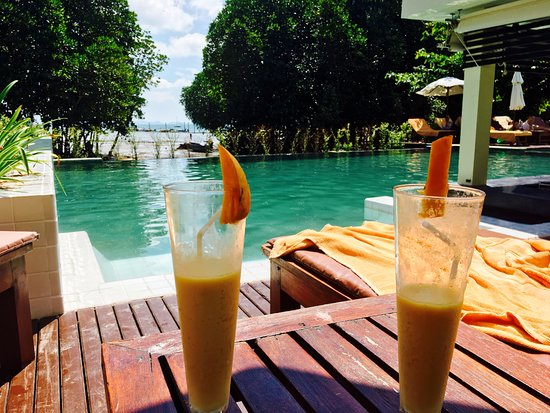 Bhu Nga Thani Resort and Spa: Poolside fruit shakes