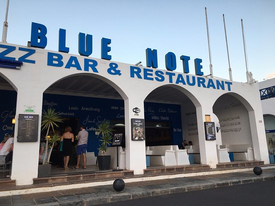 Blue Note Lanzarote: Exterior of The Blue Note from dinner tables opposite by the Marina