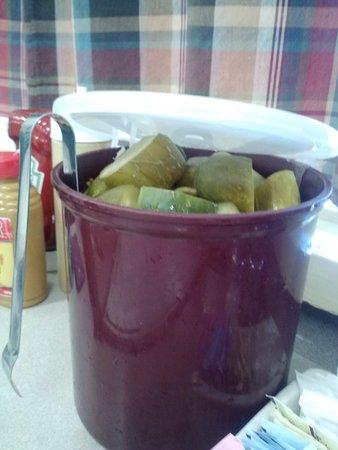 La Mesa, Καλιφόρνια: Deli pickles on every table.