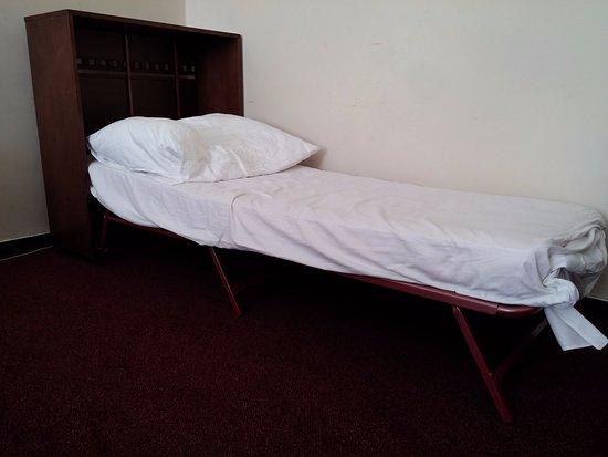 โรงแรมแคลเรียน ปราก โอลด์ ทาวน์: detalle de una cama de menor de 12 años en hotel de 4 estrellas.