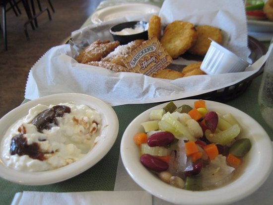 Lenhartsville, Pensilvania: Fritter Sampler, Cottage Cheese with Apple Butter, Chow-chow