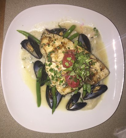 East Boothbay, ME: Swordfish special on risotto with mussels and tricolor green beans