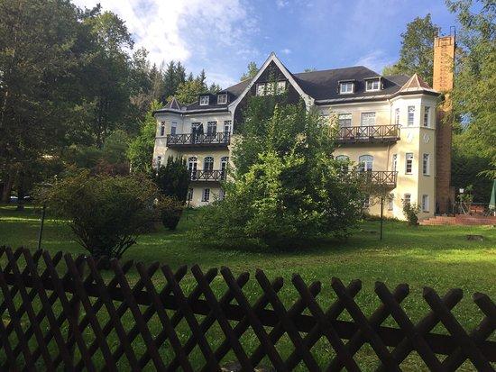 Amtsberg, Alemania: Villa von der Straßenseite rechts der kleine Biergarten