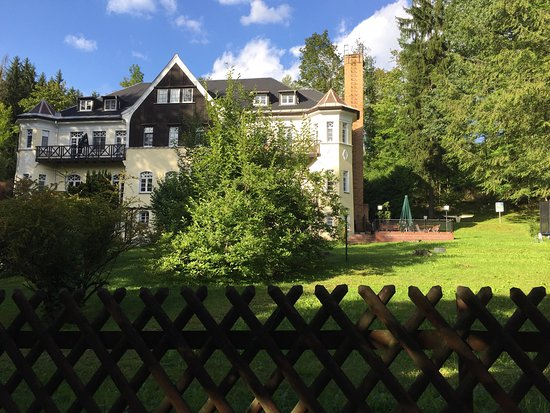 Amtsberg, Deutschland: Villa von der Straßenseite rechts der kleine Biergarten
