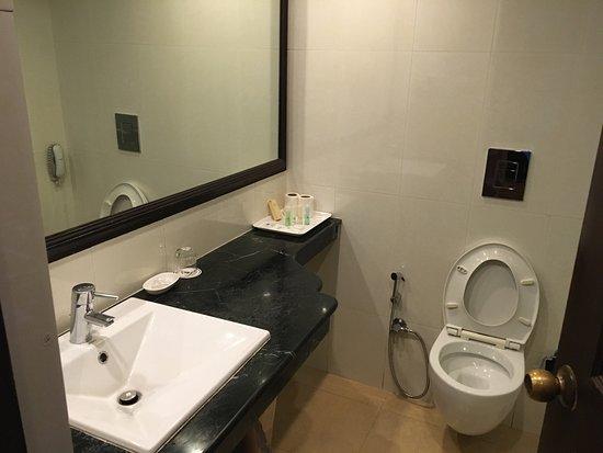 Casa De Goa Boutique Resort: Hotel pricinct rooms and toilet
