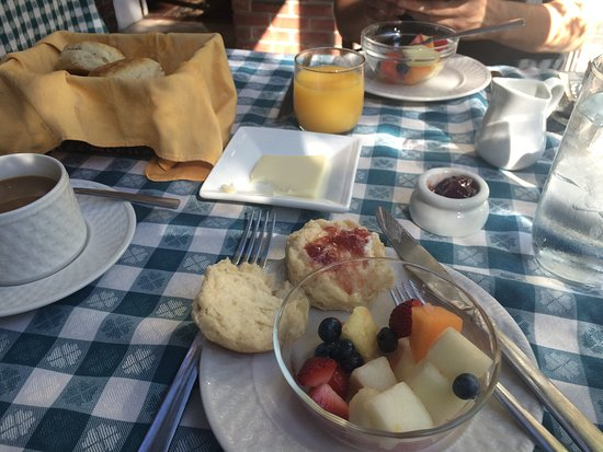 Pig Hill Inn: Free breakfast -- first course, fruit and fresh biscuits and jam