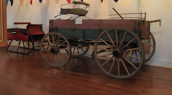Mount Airy, Северная Каролина: Horse Drawn Versions of a Snowmobile and a Pickup T ruck