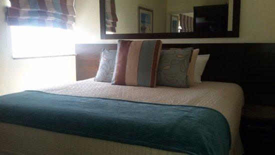 Crystal Beach Suites & Health Club: Cama amplia y cómoda