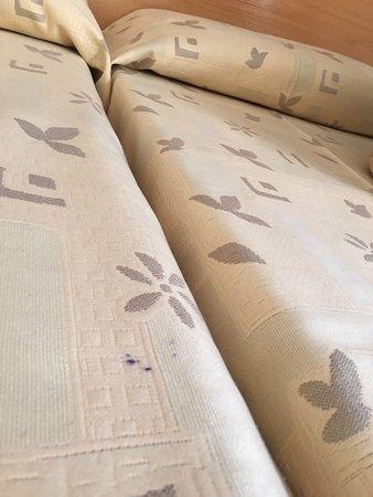 Mar Ski Hotel: Mancha en la colcha de la cama (y en su interior)