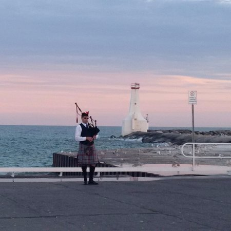 Cobourg, Canada: After a fantastic day at beach: the ending scene at the pier after 8:30pm