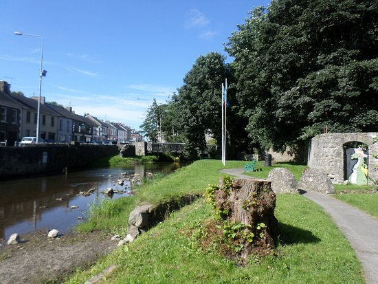 Newcastle West, Irland: Exterior wall along River Arra