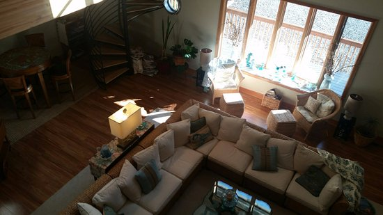 Shelton, WA: View from balcony down to guests' living room