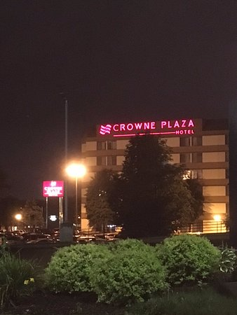 Crowne Plaza Hotel Madison: Exterior of hotel at night