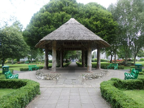 Celtic Park and Gardens: Thatched hut