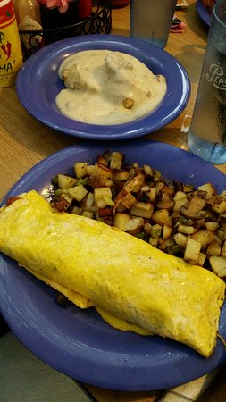 Omaha, AR: Egg omelette, hash browns and Biscuits and gravy