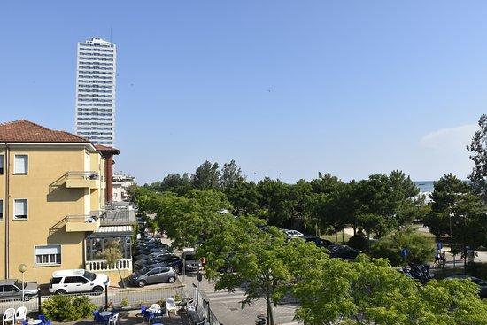Hotel Susanna: Viale fronte hotel e spiaggia