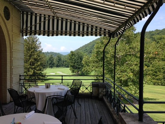 Hot Springs, VA: Outdoor dining with beautiful views of the award-winning Cascades Course.