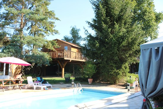 Mareuil-sur-Cher, Франция: Vue de la piscine sur la maison