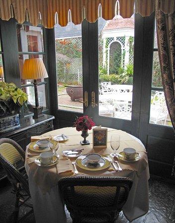 Washington, VA: Breakfast Seating Overlooking Courtyard
