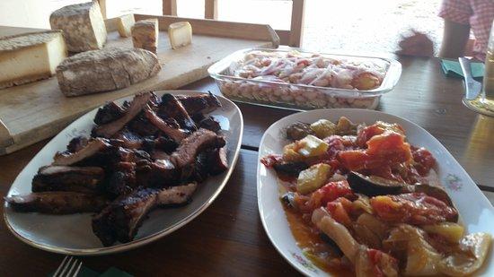 Krnica, Croácia: Spareribs, Gemüse, Kartoffel-Bohnen-Salat