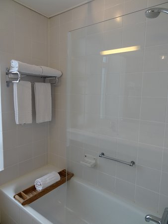 Bad mit Wanne und Duschabtrennung - Picture of Avenue Hotel ... | {Duschabtrennung 49}