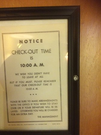 Gulf Towers Resort Motel: NO customer service-Should be closed down- you feel like you in a horror movie set- nothing work