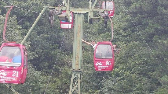 Jinzhai County, Çin: you must try going down half the way using the cable car