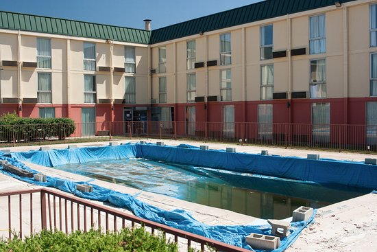 A Victory Inn & Suites - Ann Arbor: This is what the V.I. pool looks like in the summer of 2016. The nice-looking photos online are