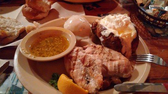 Sikeston, MO: Pechuga de pollo con salsa y patata asada