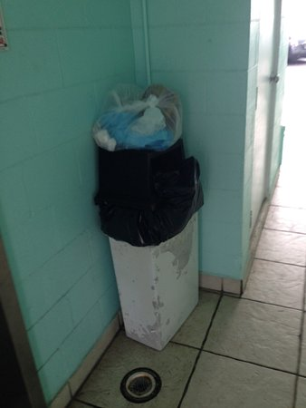 The Seascape Inn: Trash accumulated in hallway