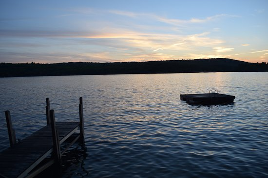 Weirs Beach, NH: Swimming dock (the water was beautiful and we enjoyed swimming)