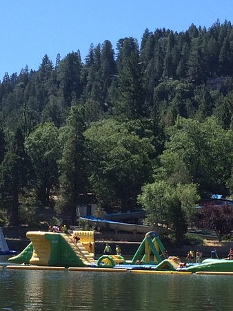 Crestline, Kalifornien: The water park and water slide at Lake Gregory.