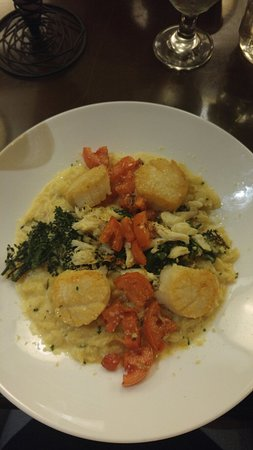 Leawood, KS: Seared scallops on lobster Mac and cheese