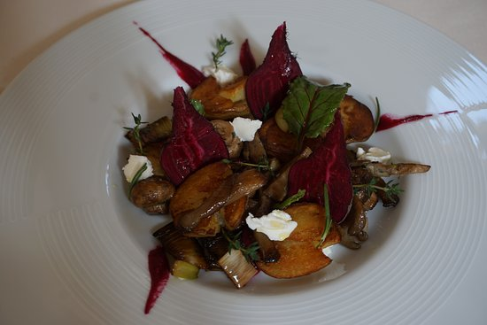 เมย์วิลล์, นิวยอร์ก: Local mushrooms, poached baby potato, chevre, ruby beets, garden herbs