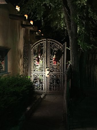 Inn of the Five Graces: Beautiful gate at night