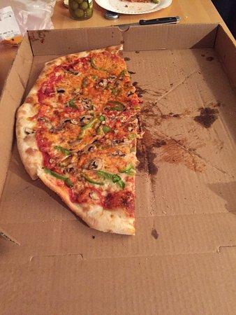 Joey's Pizzeria: Very thin pizza!